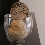 カシアのアイスクリームと黒ゴマのチュイルダンテル