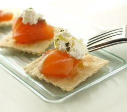 サーモンのハーブマリネ&カッテージチーズのカナッペ